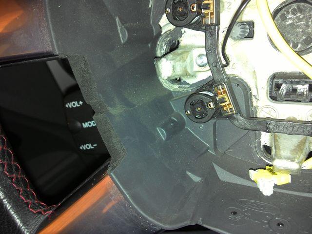 Вырезаем место под кнопки круиз контроля Форд Фокус