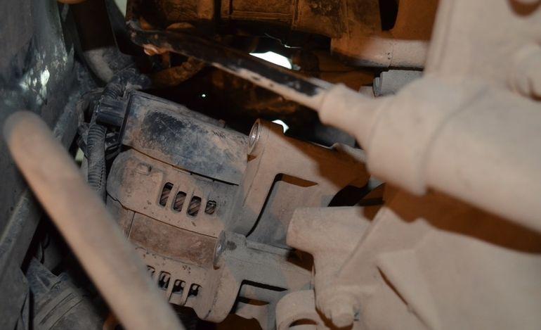 Откручиваем болты генератора Форд Фокус 2