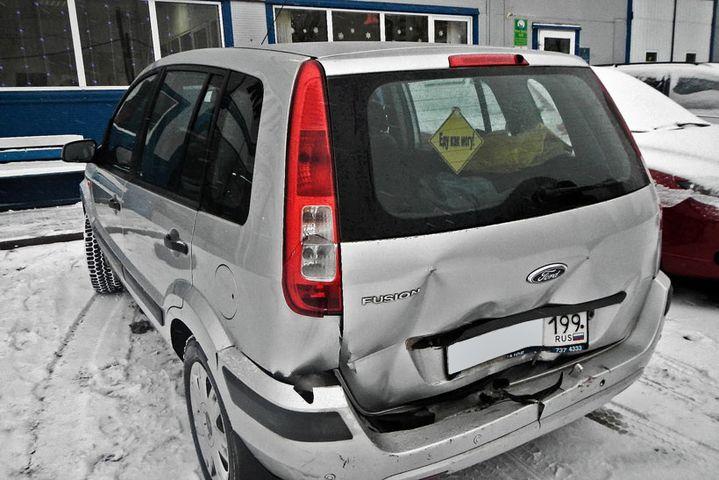 Форд Фьюжн после ДТП с разбитым бампером