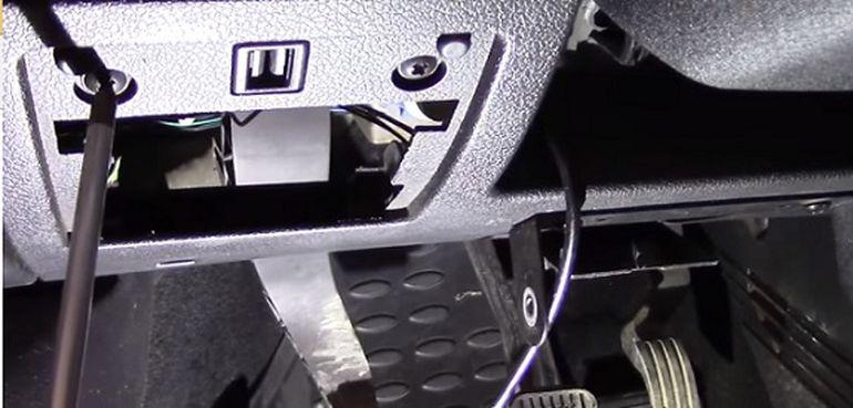 Откручиваем боковые крепления щитка Форд Фьюжн