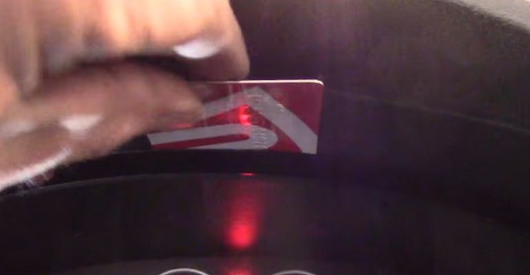 При помощи пластиковой карты отщелкиваем щиток Форд Фьюжн