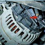 Вывернув генератор, снимаем защитный колпачок питания Шкода Октавия