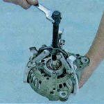 При помощи сьёмника выпрессуем ротор Шкода Октавия