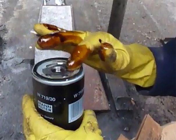 Снимаем фильтр масла Шкода Октавия А5
