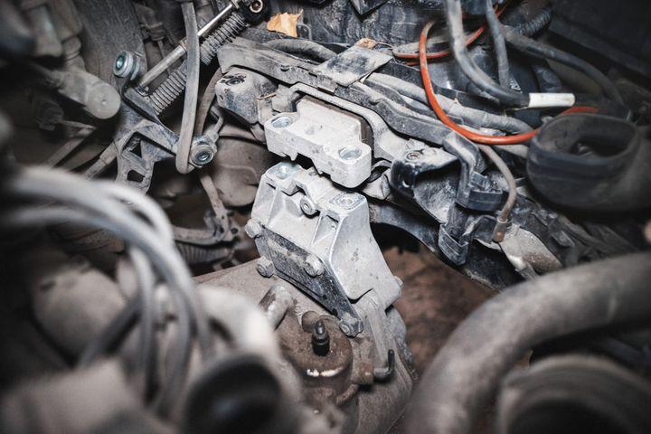 Демонтаж подушки двигателя Шкода Октавия