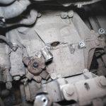 Демонтируем тросы переключения передач и гидравлический цилиндр сцепления Шкода Октавия