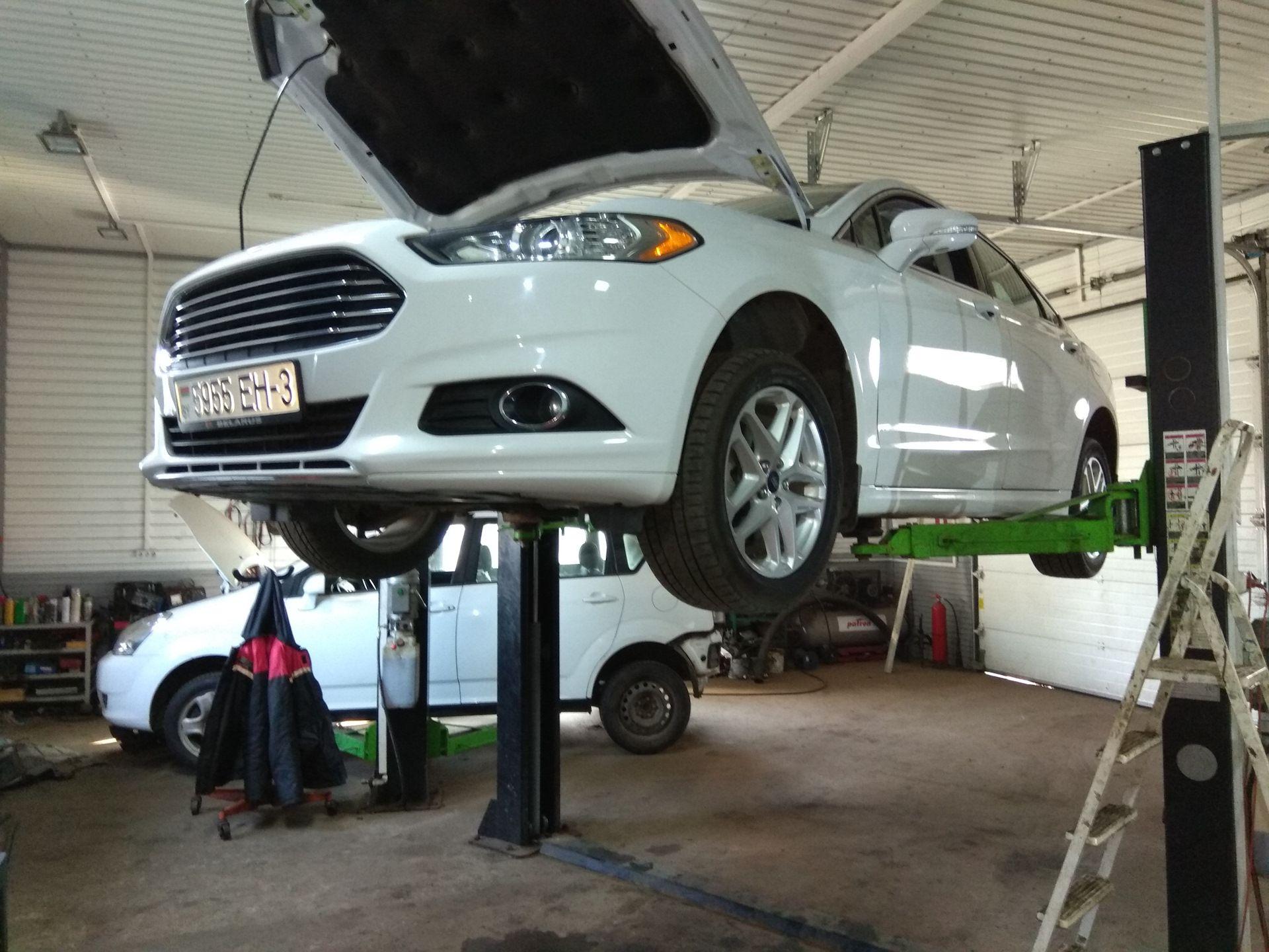 Форд Фьюжн на подъёмнике
