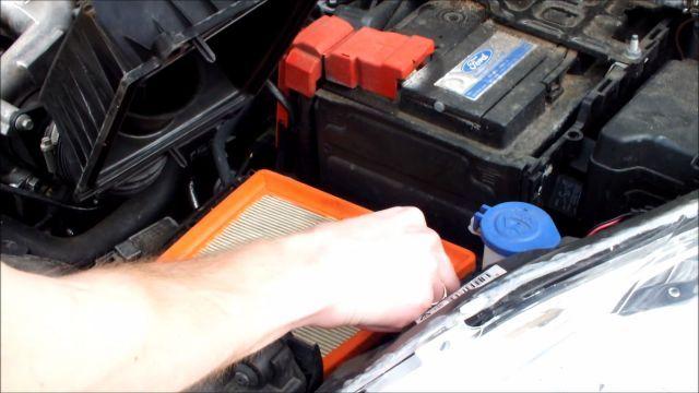 Вынимаем фильтр воздуха Форд Фиеста